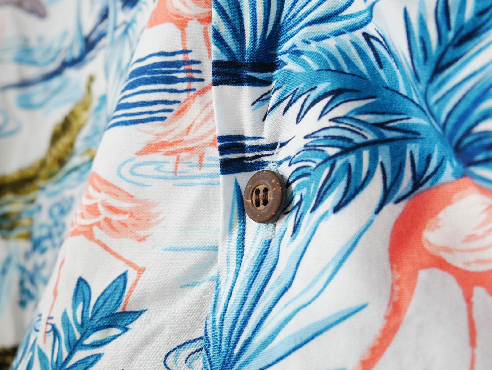 Hawaiihemd mit Knopf aus Kokosnussschale
